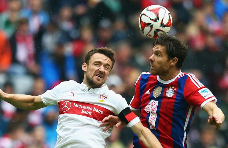 الونسو لاعب بايرن ميونيخ يحاول قطع الكرة