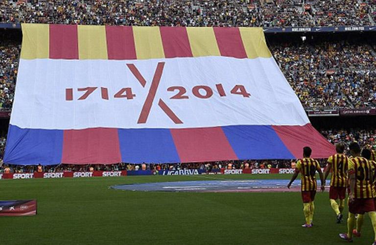 جمهور برشلونة يرفع لافتة في ذكري الاحتفال بالمئوية