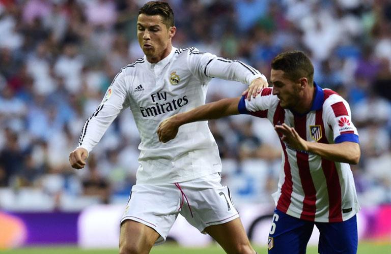 رونالدو يحاول المرور من لاعب اتلتيكو مدريد
