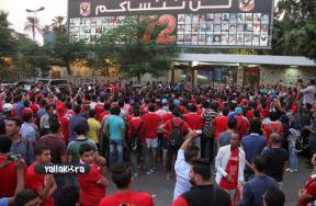 وقفة جماهير الأهلي امام النادي2