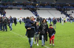 انفجار قنبلة في محيط ملعب فرنسا وهروب الجماهير