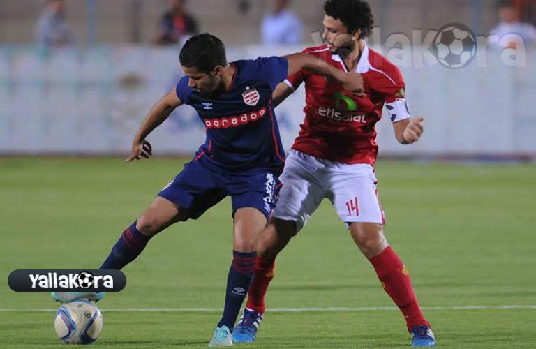 حسام غالي يحاول قطع الكرة من لاعب الافريقي
