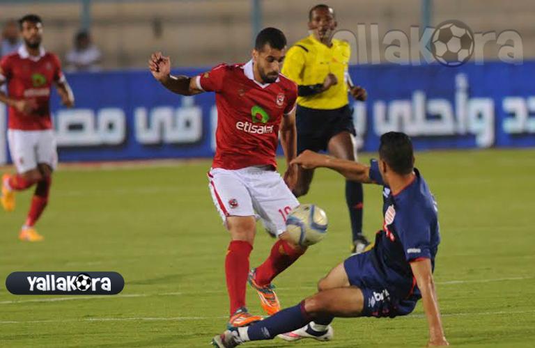 عبد الله السعيد يحاول المرور من لاعب الافريقي