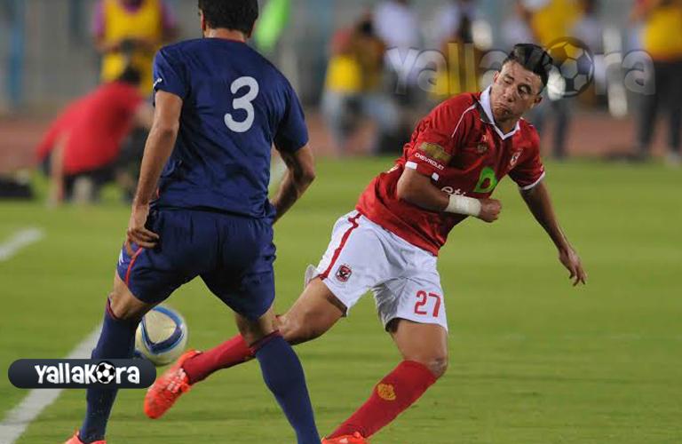 تريزيجيه يحاول المرور من لاعب الافريقي