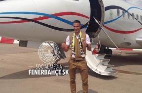 فان بيرسي لحظة وصوله اسطنبول للانتقال إلى فناربخشة