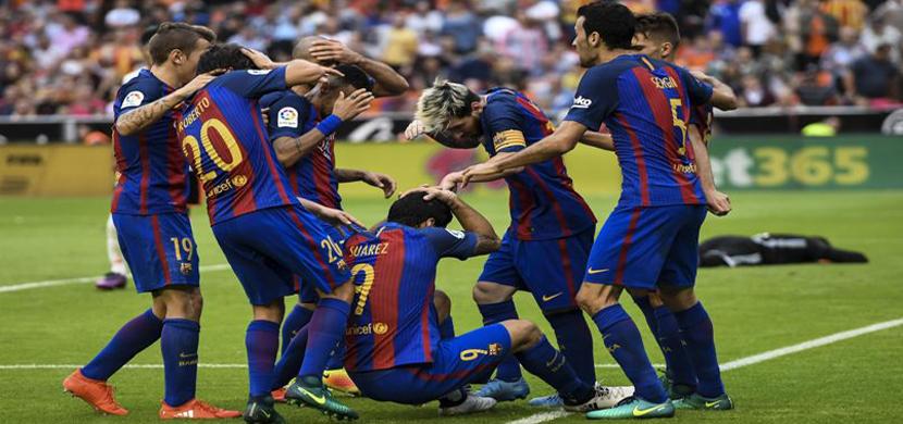 الجماهير تقذف لاعبى برشلونة بالزجاجات