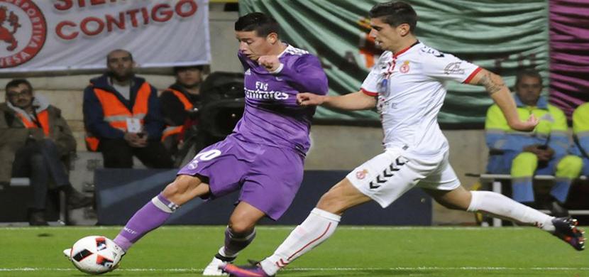 لقطة لرودريجيز فى المباراة