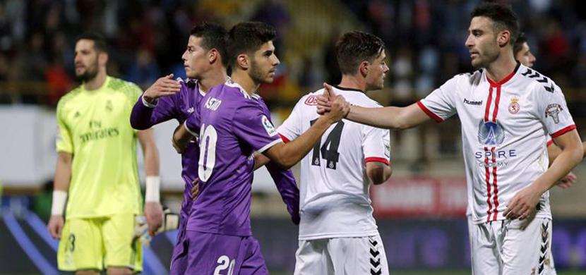 اسينسو يصافح لاعب ليونيسا