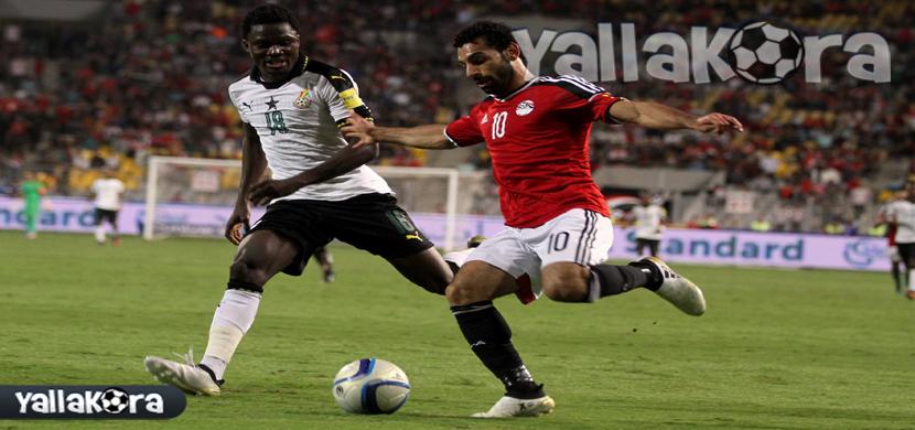صلاح يحاول المرور من لاعب غانا