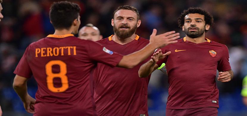 احتفال صلاح مع لاعبى روما