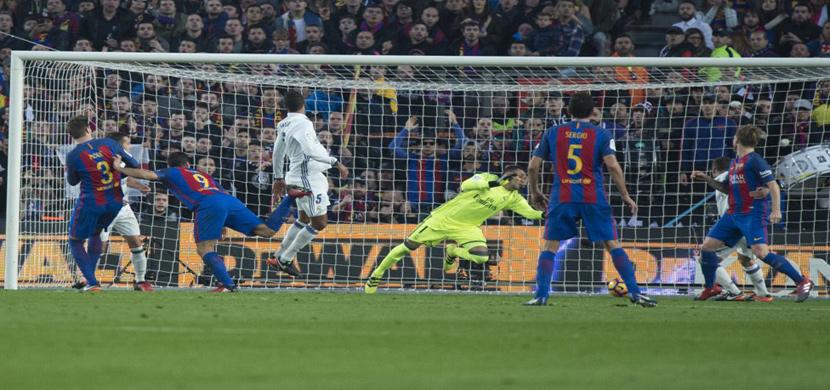 سواريز يسدد على مرمى ريال مدريد