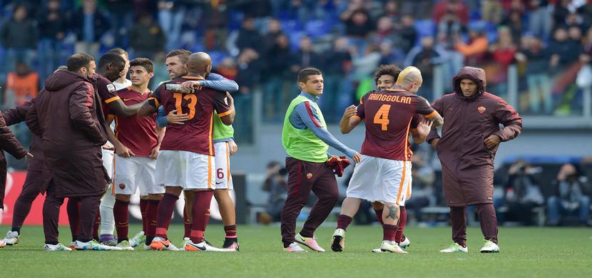 احتفال لاعبو روما بعد الفوز على نابولى