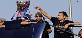 لاعبو برشلونة يحتفلون مع الجماهير بلقب الليجا