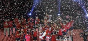 احتفال لاعبو اشبيلية بكأس الدوري الأوروبي