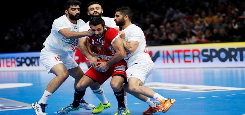 اسلام عيسي يتوسط لاعبى البحرين