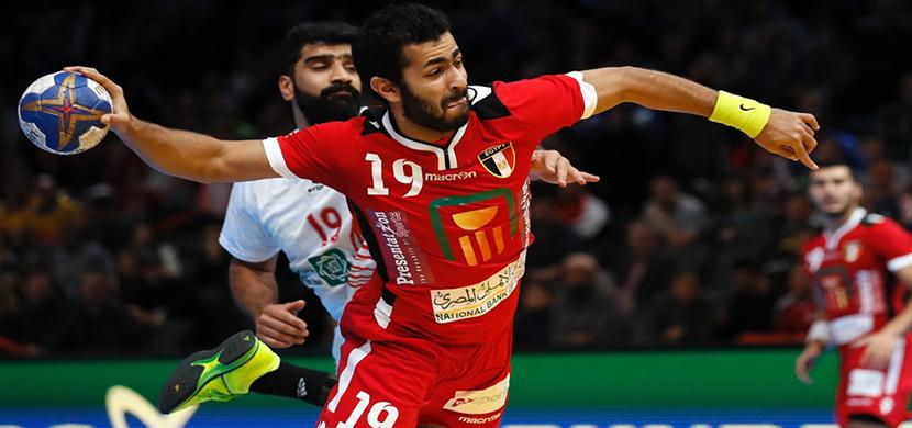 محمد البسيونى يسدد على مرمى البحرين