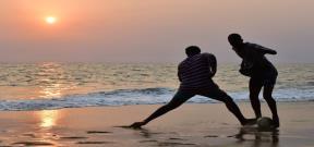 هوس كرة القدم على شواطئ ليبرفيل بالجابون