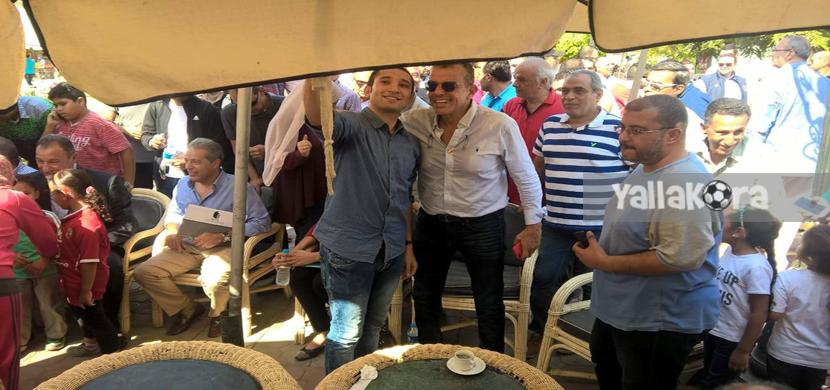 خالد مرتجي يتلقي الصور التذكارية مع اعضاء الاهلي