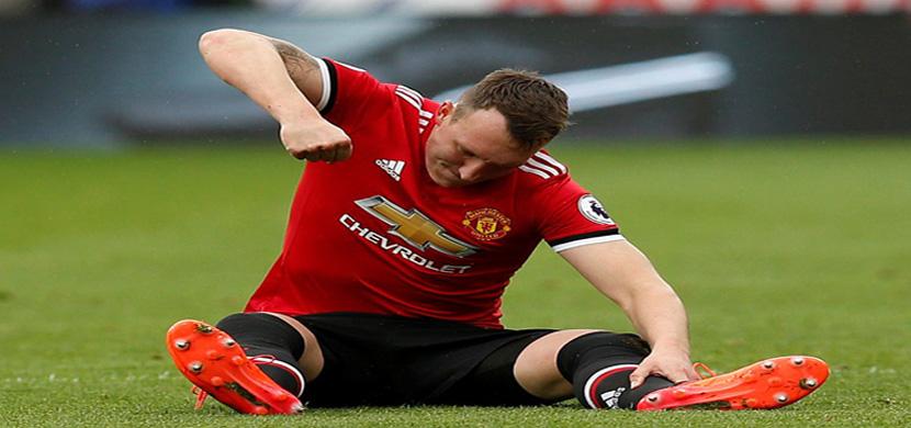 اصابة فيل جونز مدافع مانشستر في المباراة