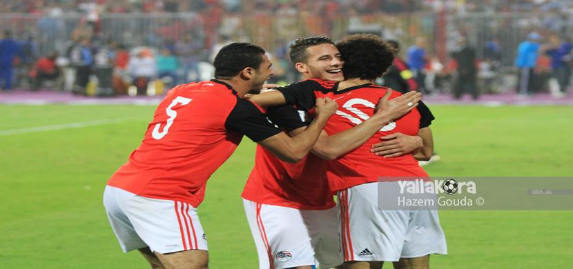 احتفال صلاح مع لاعبي مصر