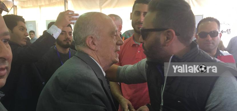 مصافحة بين حازم امام والمستشار جلال ابراهيم