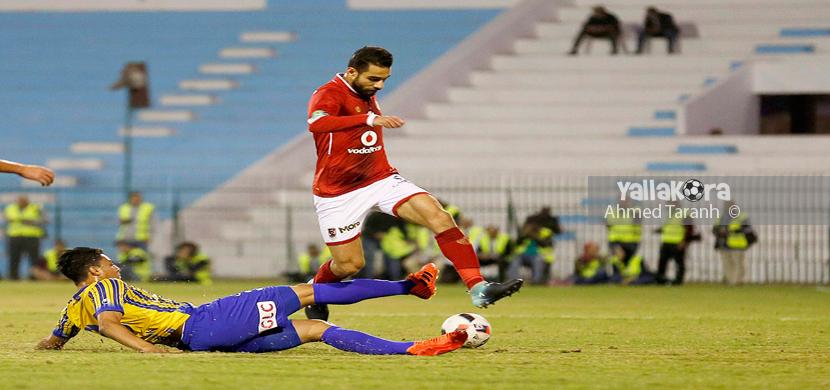 عمرو السولية يحاول المرور من لاعب طنطا