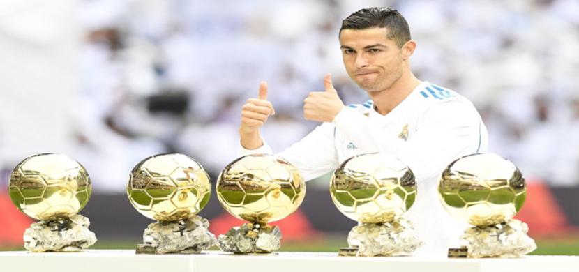 رونالدو يحتفل بالكرة الذهبية الخامسة