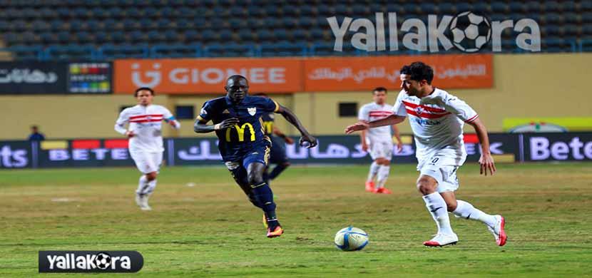 محمد ابراهيم يحاول المرور من لاعب الانتاج