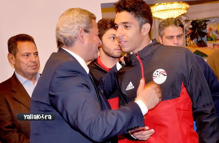 وزير الشباب يصافح لاعبي منتخب مصر للشباب