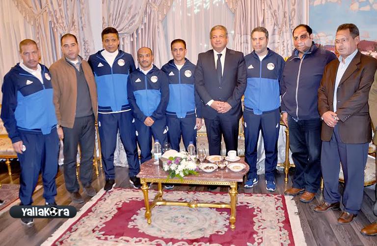 صورة جماعية لجهاز منتخب مصر مع الوزير