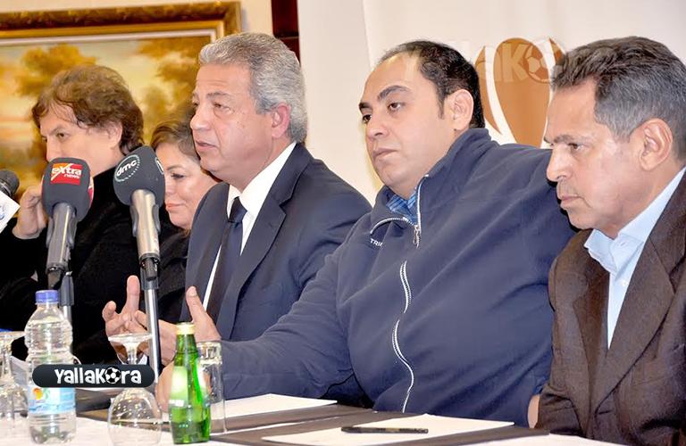 الوزير مع اعضاء اتحاد الكرة