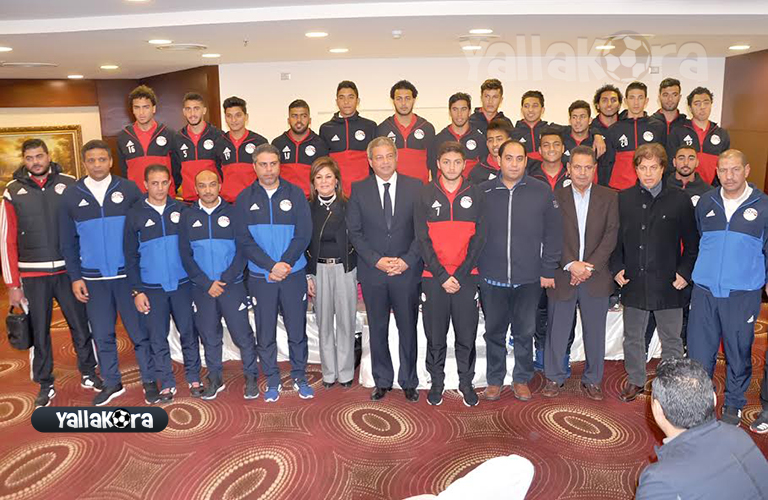 صورة جماعية لمنتخب مصر للشباب مع الوزير