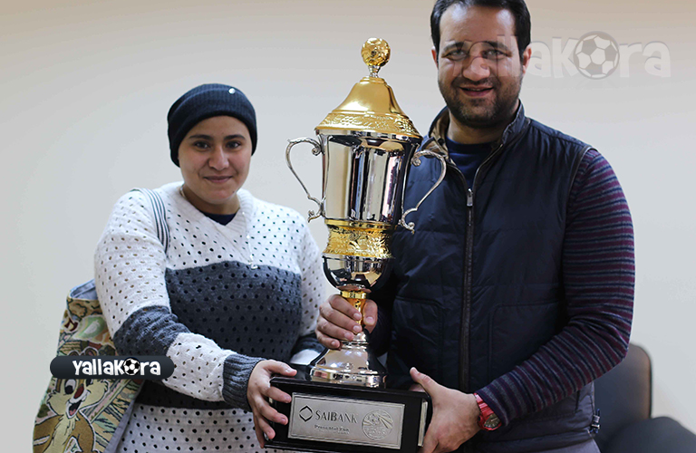 احمد مرتضي مع المشجعة الزملكاوية ويحملان كأس السوب