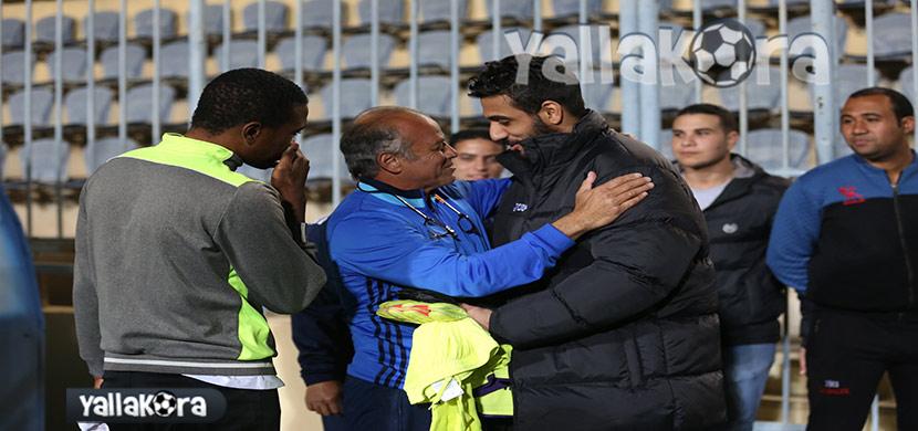 محمد صلاح يصافح الشناوي
