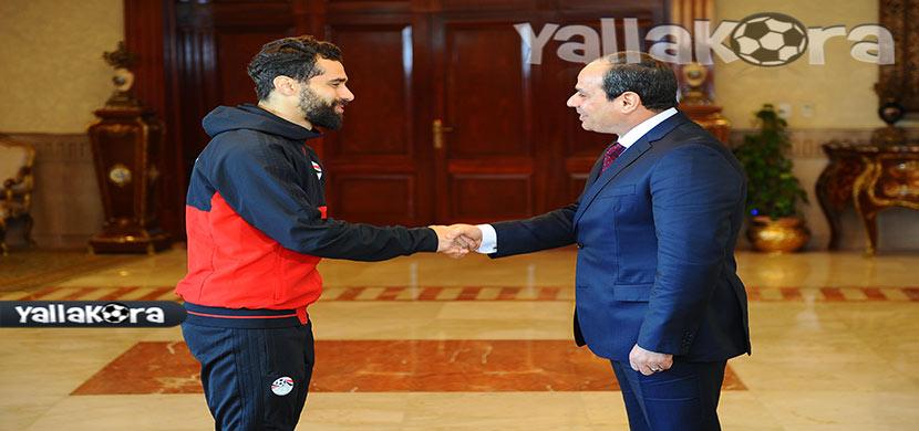 عبد الله السعيد يصافح رئيس الجمهورية