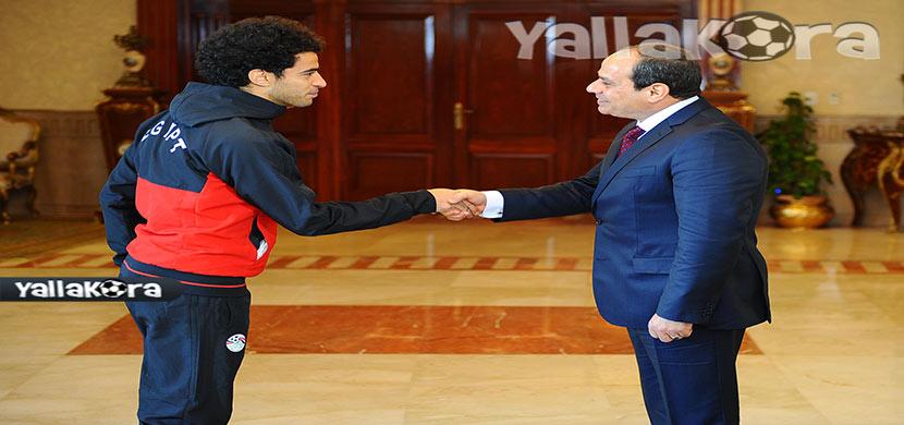 عمر جابر يصافح رئيس الجمهورية
