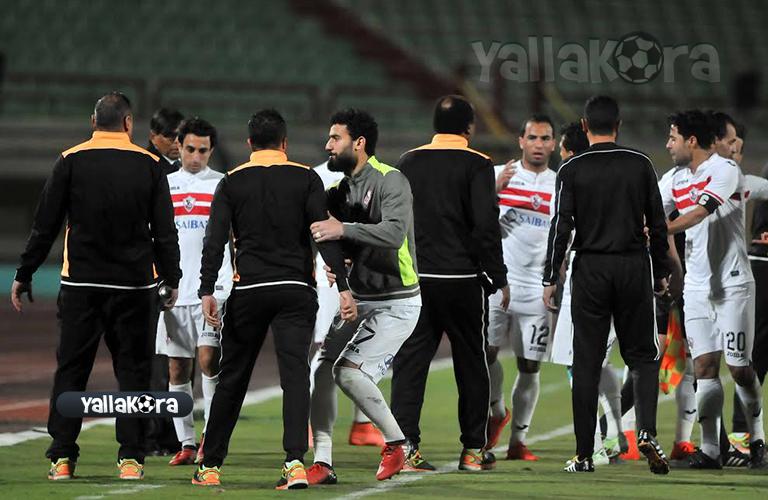 لاعبي الزمالك اثناء خروجهم من الملعب اعتراض علي ال