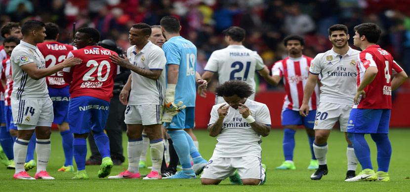 تحية متبادلة بين لاعبي ريال مدريد وخيخون بعد المبا