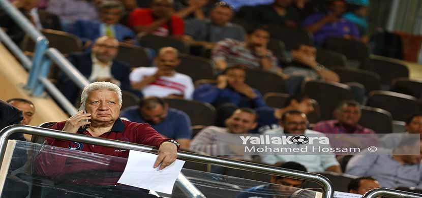 مرتضي منصور يتابع مباراة الزمالك وطلائع الجيش من ا