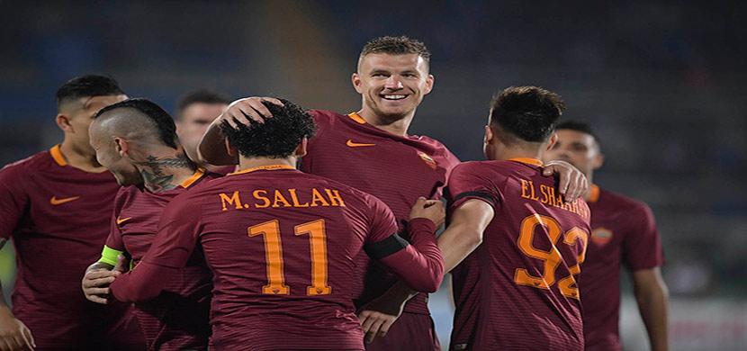 احتفال صلاح مع لاعبي روما