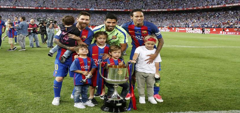 ميسي وسواريز ونيمار مع ابنائهم