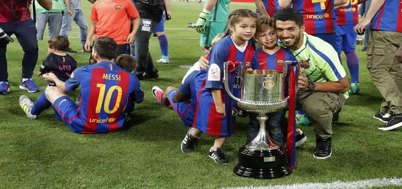 احتفال سواريز مع ابنائه