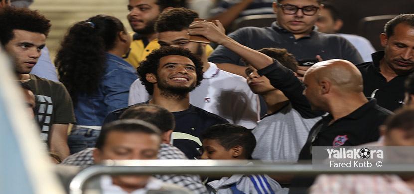 عمر جابر يتابع المباراة من المدرجات