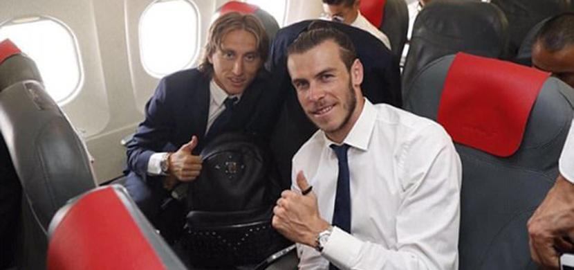 جاريث بيل ومودريتش في الطائرة