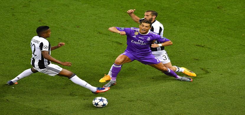 رونالدو يحاول المرور من لاعبي يوفنتوس
