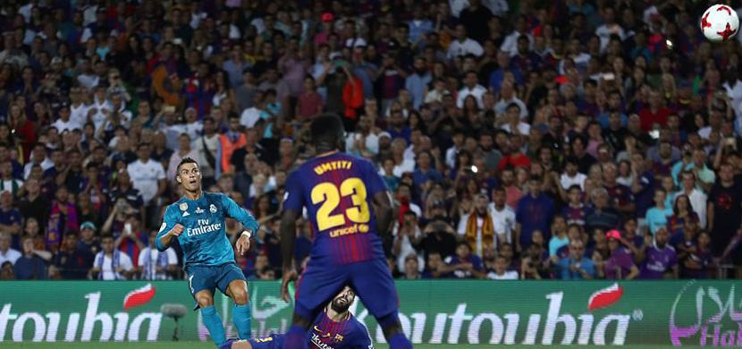 رونالدو يتابع كرته اثناء طريقها لمرمي برشلونة