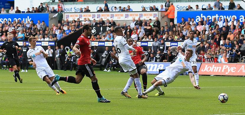 لقطة من مباراة سوانزي ومانشستر يونايتد