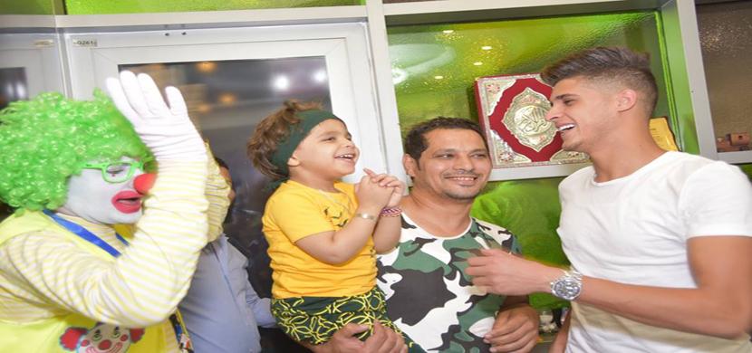 احمد الشيخ مع احد الاطفال