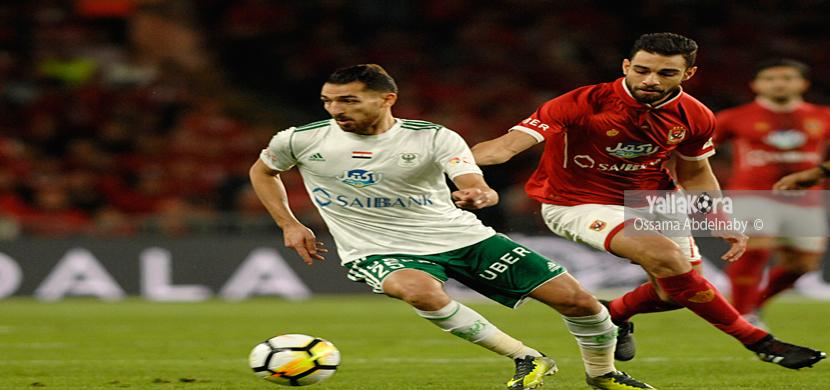 عمرو السولية يحاول قطع الكرة من لاعب المصري