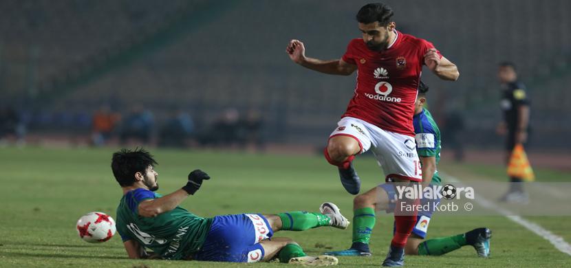 عبد الله السعيد يحاول المرور من لاعبي المقاصة